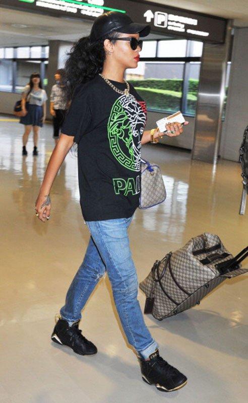 "a73efecb3 Rihanna Arrives In Tokyo Wearing A Versace ""Palace"" Tee-Shirt ..."